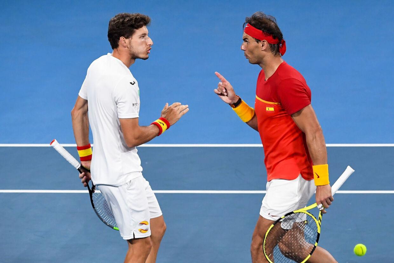 Rafael Nadal (til højre) og Pablo Carreno Busta vandt i double og sikrede den samlede kvartfinalesejr til Spanien over Belgien ved tennisturneringen ATP Cup. William West/Ritzau Scanpix