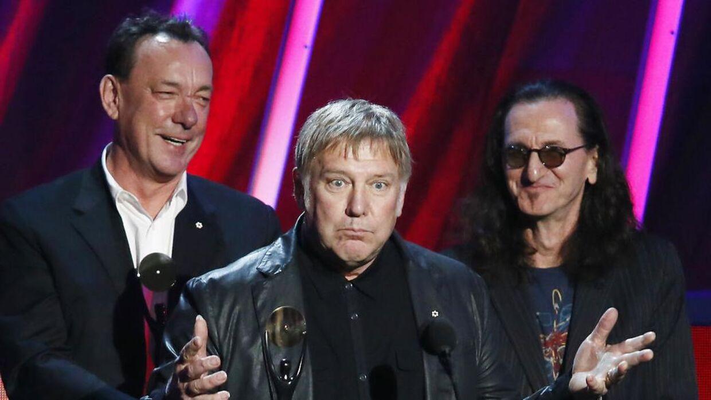 Neil Peart, til venstre, da bandet Rush blev indlemmet i The Rock and Roll Hall of Fame.