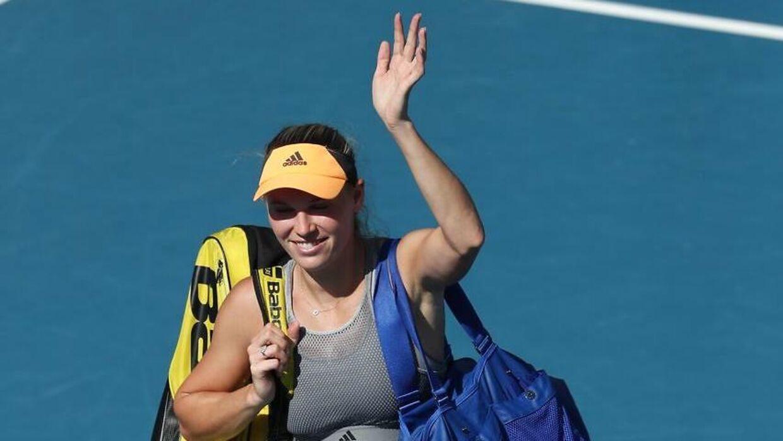 Der var plads til smil og vink fra Caroline Wozniacki til de fremmødte fans efter det overraskende nederlag i semifinalen.