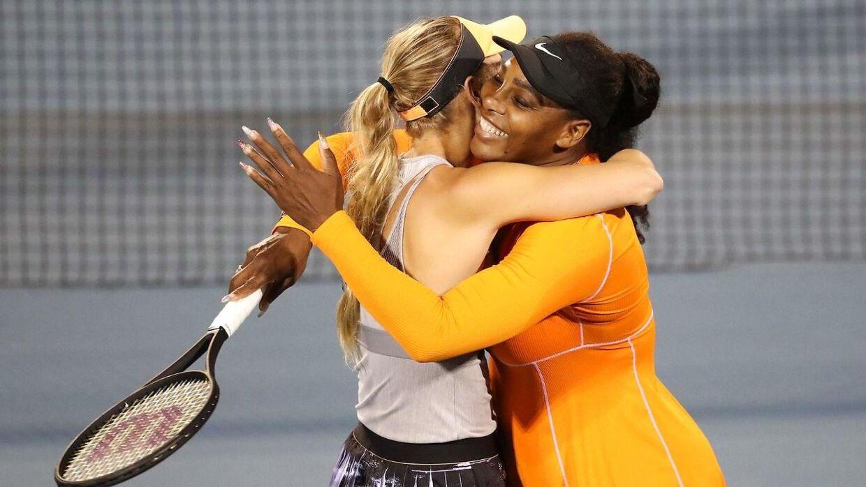 Hvis Wozniacki skal tilbage på banen igen efter sit karrierestop, bliver det med Serena Williams som doublemakker. Her ses de to veninder kramme efter semifinalesejren i Auckland.