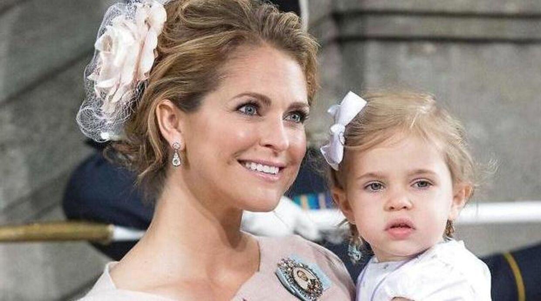 Her ses prinsesse Madeleine med sit ældste barn på armen, nemlig prinsesse Leonora. / AFP PHOTO / JONATHAN NACKSTRAND
