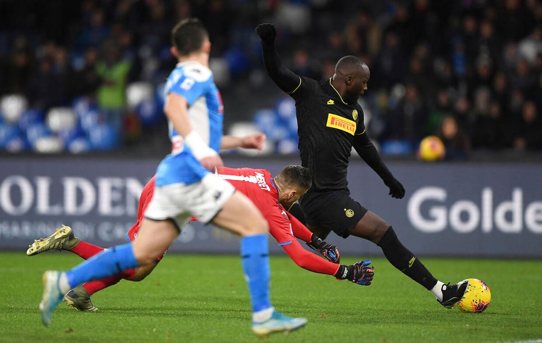 Romelu Lukaku runder keeper Alex Meret i kampen mellem Inter og Napoli.