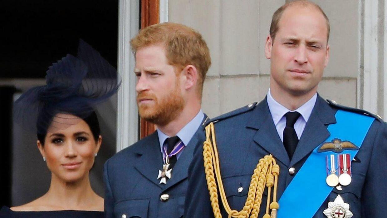 Storebroren Prins William (th) har beskyttet sin bror Prins Harry hele sit liv, men nu er de adskilte enheder, fortæller han.