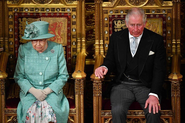 Dronningen og prins Charles ved åbningen af det britiske parlament. Mandag holder de to møde med Charles' to sønner for at finde en løsning på, hvordan Meghan og Harry i fremtiden skal være knyttet til kongehuset.