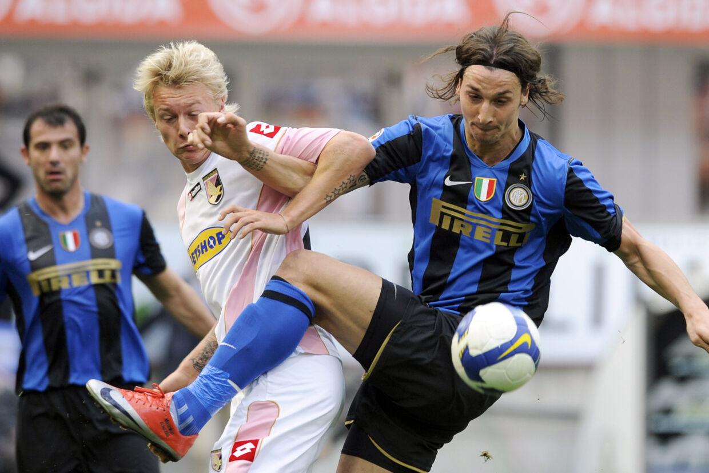 Billedet her er fra et opgør mellem Palermo og Inter i 2009. Mandag blev Simon Kjær og Zlatan Ibrahimovic holdkammerater, da danskeren indgik en lejeaftale med AC Milan. Damien Meyer/Ritzau Scanpix