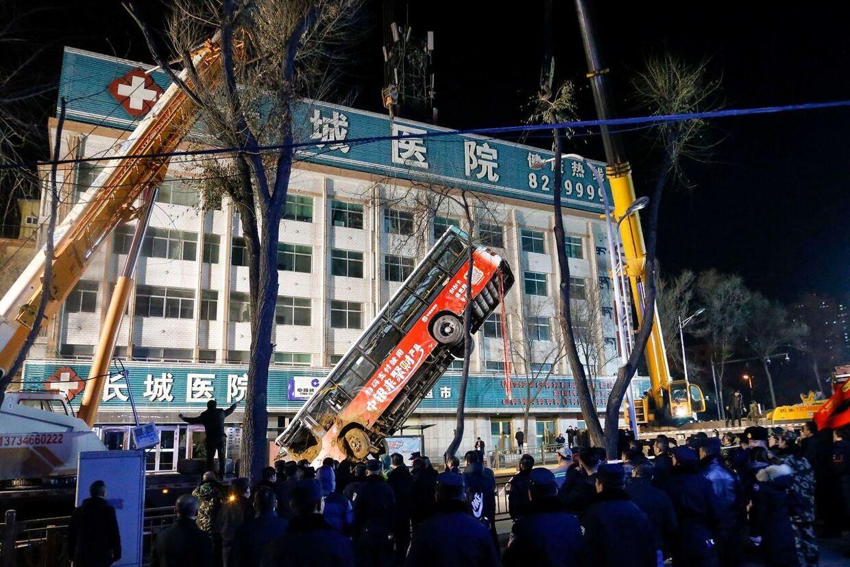 En bus er slugt af et jordfaldshul i den kinesiske provins Qhinghai.