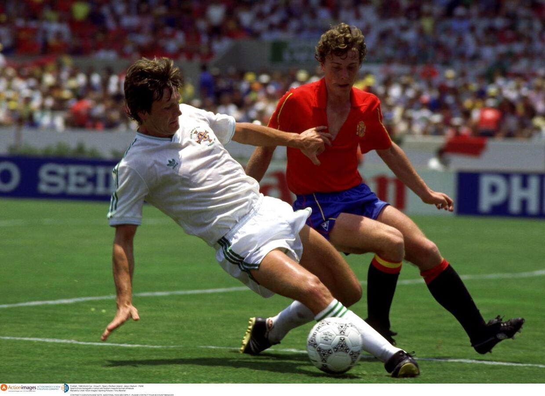 Ingen i historien har været yngre end Norman Whiteside (tv.), da de havde spillet 200 kampe for Manchester United. Her ses han i aktion for Nordirland mod Spanien ved VM i 1986.