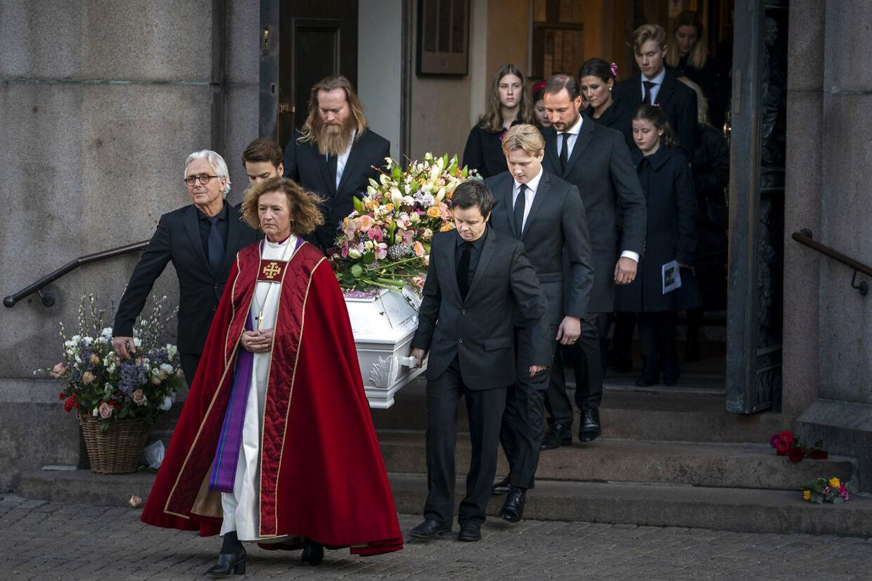 Blandt andet kronprins Haakon, der bærer Ari Behns kriste i Oslo domkirke.