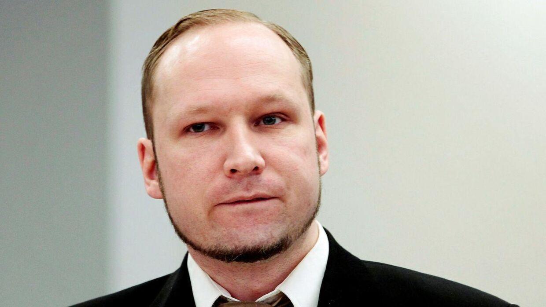 Anders Behring Breivik fotograferet under retsagen mod ham. Nu har haft - efter flere år i isolation - haft besøg af en medfange i fængslet. (Arkivfoto)