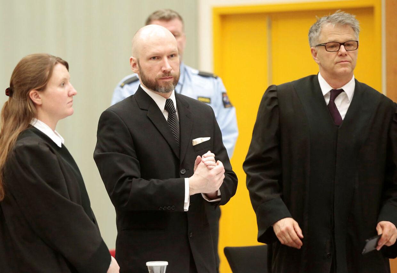 Anders Behring Breivik fotograferet mellem sine forsvarer Mona Danielsen og Oystein Storrvik i 2017, da han forsøgte at føre sag mod den norske stat.