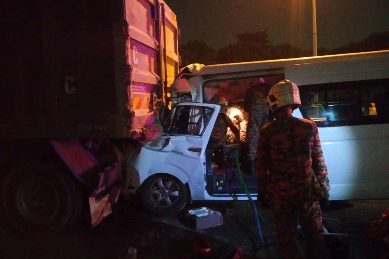 Kento Momota fra Japan kom tidligt mandag morgen til skade i en trafikulykke, da han sammen med tre andre spillere var på vej til lufthavnen i Kuala Lumpur. Føreren af køretøjet omkom i ulykken. Her ses redningsmandskab på ulykkesstedet. Bomba Malaysia/Reuters