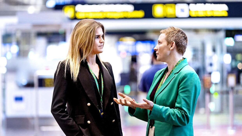 Victoria Vallentin ( tv.) og Stine Ringvig Marsal (Service Exellence Director) (th.) i Københavns Lufthavn, hvor det nu er blevet lettere at have et usynligt handicap. Stine har været med til at bringe nøglesnoren til Danmark efter inspiration fra England.