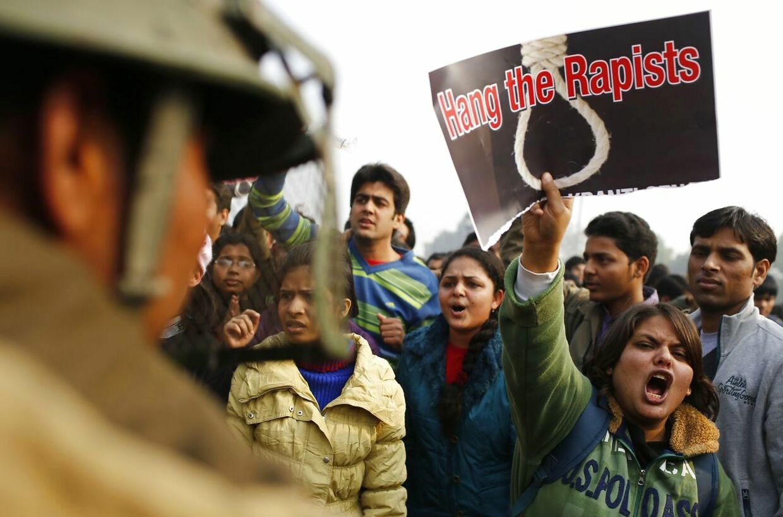 En demonstrant kræver forbryderne skal hænges efter voldtægten i 2012.