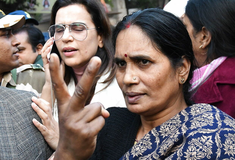 Her ses moderen til den voldtagne og dræbte kvinde foran retten i New Delhi den 7. januar i år.