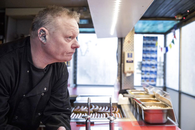 """Problemer ved Anker Jørgensens Plads i Sydhavnen. Morten """"Øre"""" Andersen der har pølsevognen ved Anker Jørgensens Plads."""