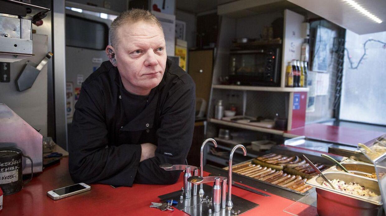 """Morten """"Øre"""" Andersen, der har pølsevognen ved Anker Jørgensens Plads."""