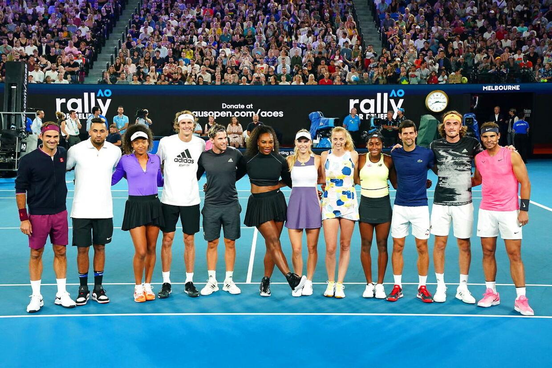 Der var mange stjerner tilstede ved Rally For Relief. Fra venstre til højre: Roger Federer, Nick Kyrgios, Naomi Osaka, Alexander Zverev, Dominic Thiem, Serena Williams, Caroline Wozniacki, Petra kvitova, Coco Gauff, Novak Djokovic, Stefanos Tsitsipas og Rafael Nadal.