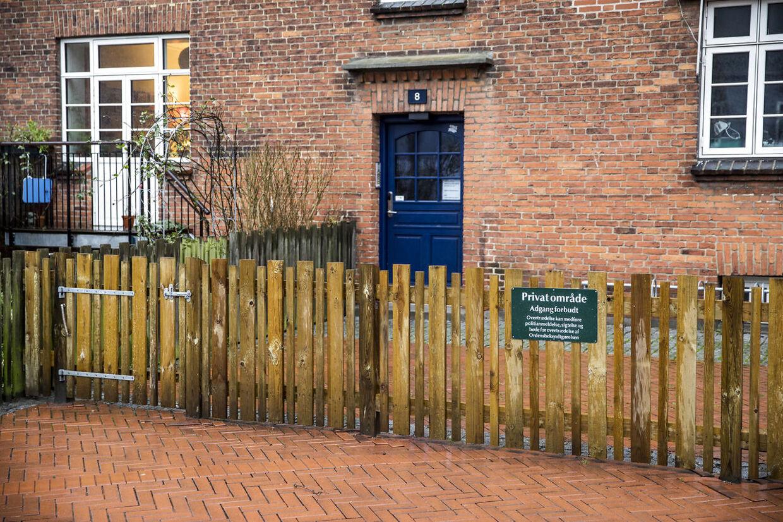 Problemer ved Anker Jørgensens Plads i Sydhavnen. Hegnet, de har været nødt til at bygge ved pladsen for at holde folk væk fra opgangen.