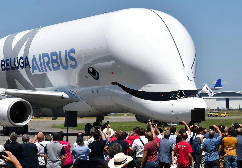 Airbus nyeste fly af typen BelugaXL foran tilskuerne ved dens første flyvetur den 19. juli 2018.