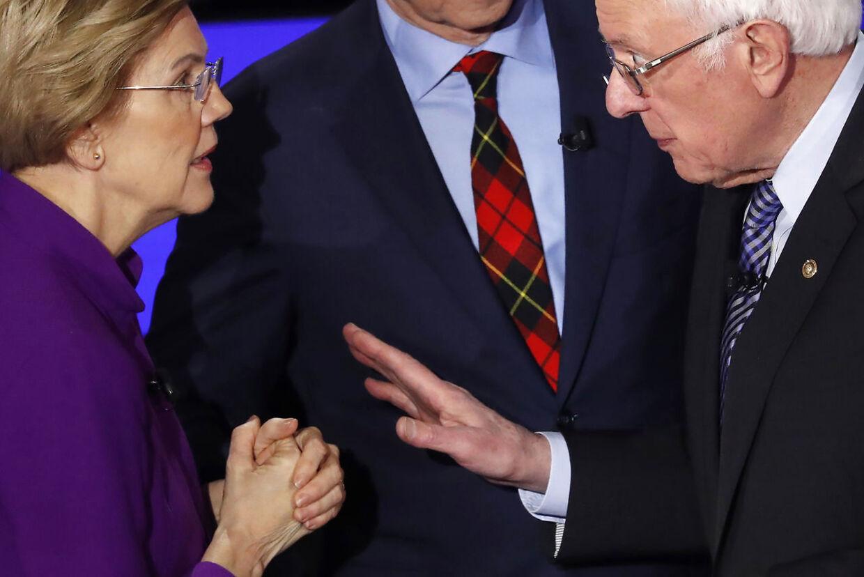 Ydmyget på direkte tv. Bernie Sanders forsøgte at give hånd til Elizabeth Warren. Hun ignorerede sin gamle ven.