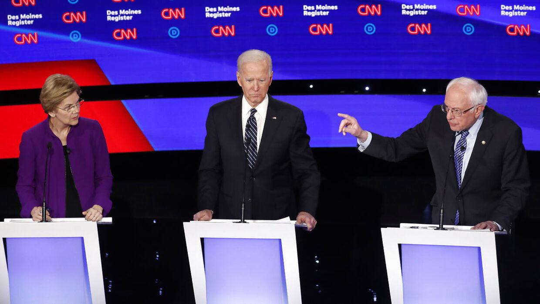 Fra venstre er det Elizabeth Warren, Joe Biden og Bernie Sanders. TV-debat natten til onsdag.