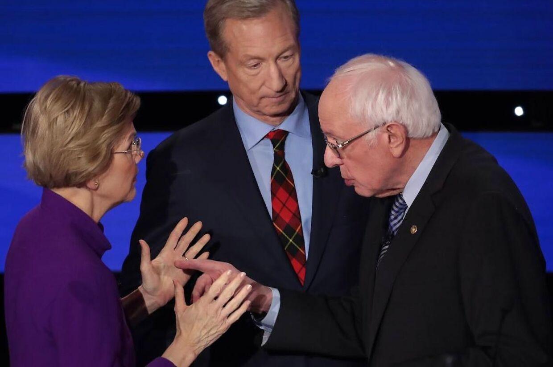 Bernie Sanders gik efter et håndtryk. Warren ignorerede Sanders gestus. Og håndtrykshånden blev hurtigt forvandlet til en pegefinger. Politik på direkte tv.