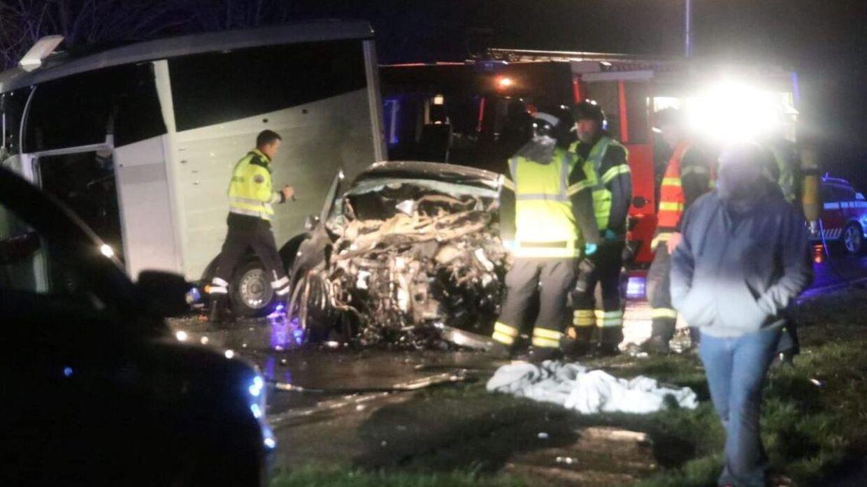 Billede fra ulykkesstedet, hvor en firhjulstrækker med hestetrailer er kørt frontalt ind i en mindre personbil.