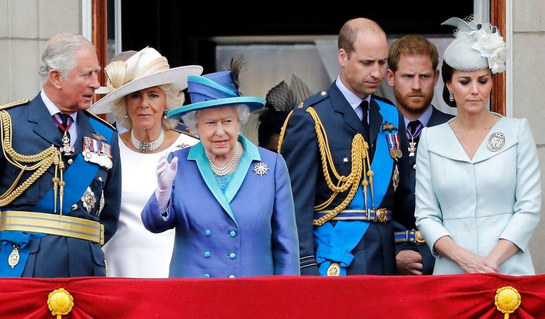 Den britiske dronning fotograferet med sin søn Charles og børnebørnene William og Harry samt svigerdatteren, hertuginden af Cornwall, og hertuginde Kate. (Arkivfoto)