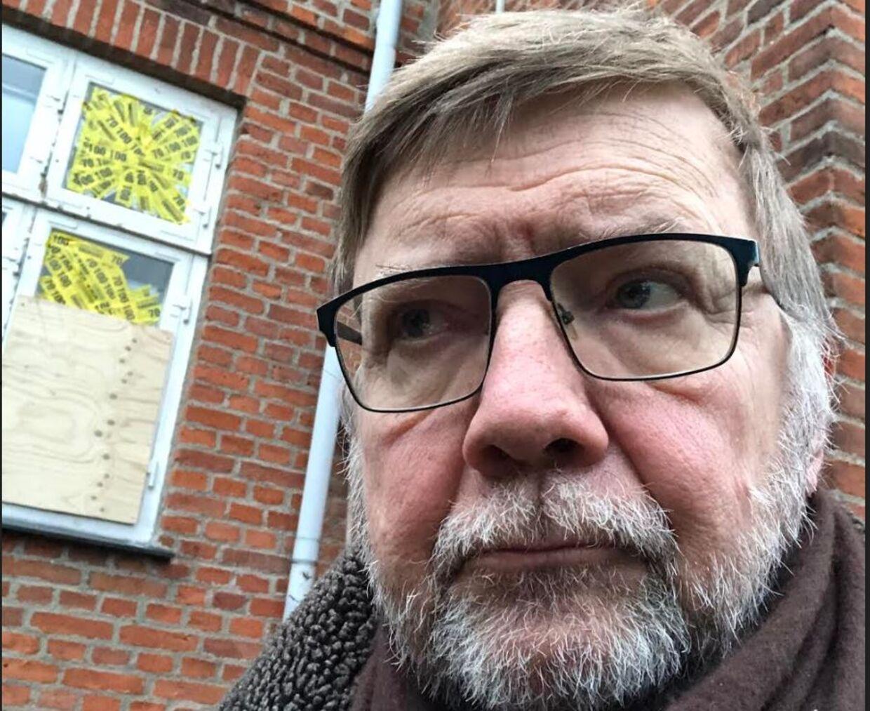 70-årige Steen Winther-Petersen anmeldte indbrud hos naboen klokken 3.05 om natten den 27. december. Han fik at vide, at politiet straks ville komme, men det skete aldrig. Her står han foran det vindue, han hørte blive smadret af tyvene. Foto: Privat.