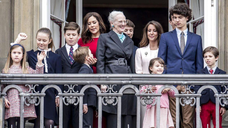 Prinsesse Isabella, prinsesse Josephine, prins Christian, prins Vincent, kronprinsesse Mary, dronning Margrethe, prins Felix, prinsesse Marie, prins Joachim, prinsesse Athena, prins Nikolai og prins Henrik på balkonen på Amalienborg for at hylde dronning Margrethe på hendes 78-års fødselsdag i 2018.