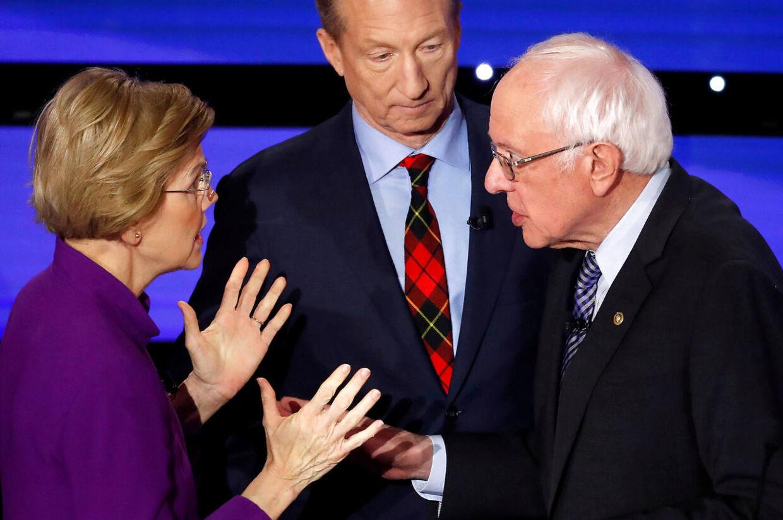 Elizabeth Warren mener, at hendes eks-ven, Bernie Sanders kaldte hende hende en løgner på direkte tv. I midten ses en pinligt berørt Tom Steyer.