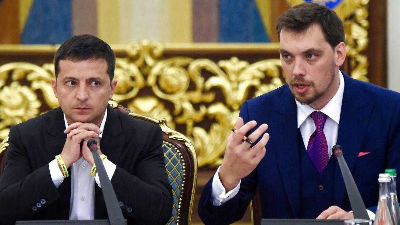 Ukraines præsident Volodimir Zelenskij (tv) med premierminister Oleksij Hontjaruks.
