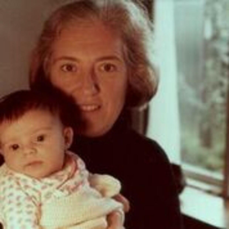 Eva Kovács med sit barnebarn, Susanne Kovács, i armene.