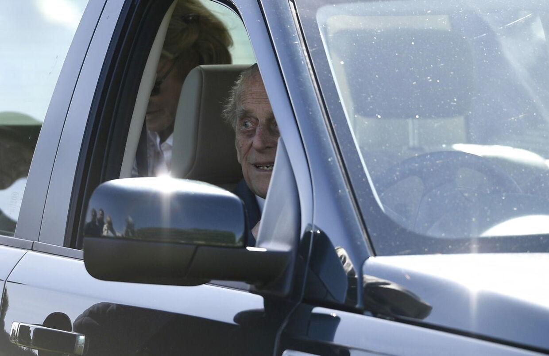 Prins Philip mens han stadig havde lov til at sidde bag rattet selv.