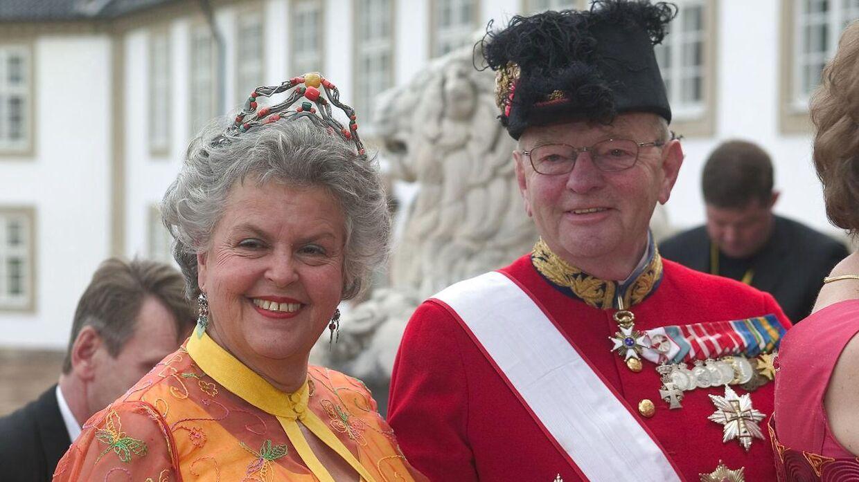Fhv. hofmarskal Søren Haslund-Christensen og fru Marianne ankommer til bryllupsfesten for kronprins Frederik og kronprinsesse Mary på Fredensborg Slot i 2004.