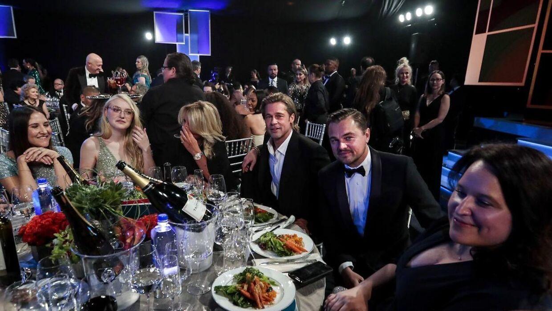 Brad Pitt sad til bords med blandt andre Leonardo DiCaprio, som måtte se prisen for bedste hovedrolle gå til Joaquin Phoenix. (Foto: Scanpix)