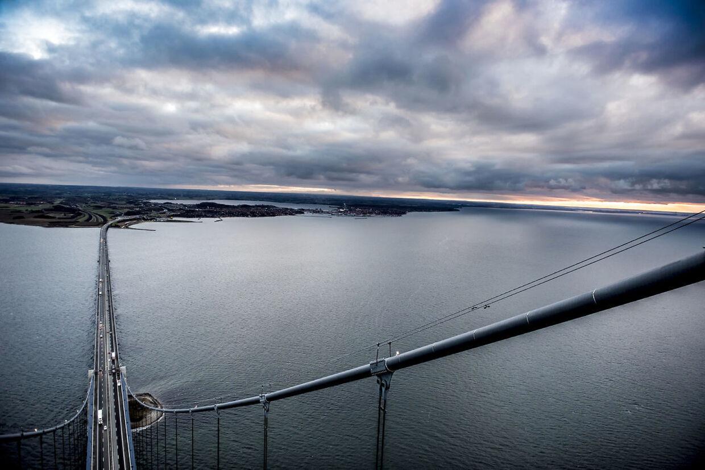 (ARKIV) Storebæltsbroen onsdag den 26. november 2017. S-regeringen ser gode perspektiver i en kæmpebro, der forbinder Sjælland og Østjylland. Og det er oplagt at lade brugerne betale for forbindelsen, mener tranportminister.