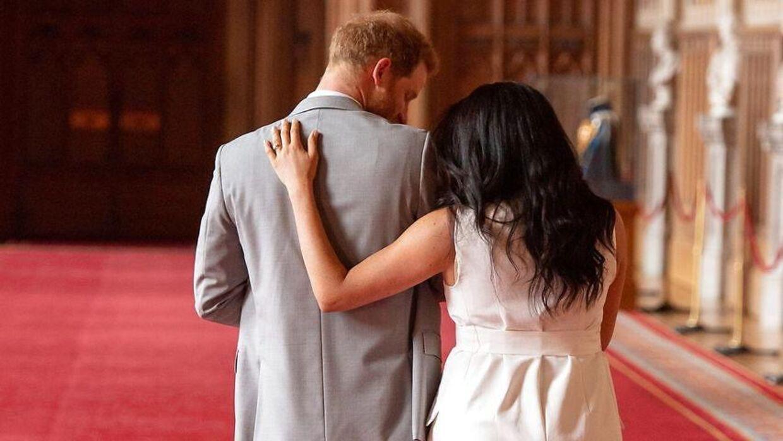 Prins Harry og hertuginde Meghan har valgt at vende det britiske kongehus ryggen. Ifølge Lone Theils får parret dog svært ved at slippe for pressen af den grund.