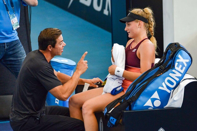Dayana Yastremska får gode råd af Sascha Bajin, der tidligere har været ansat som hittingpartner og assisterende træner i »Team Wozniacki«.
