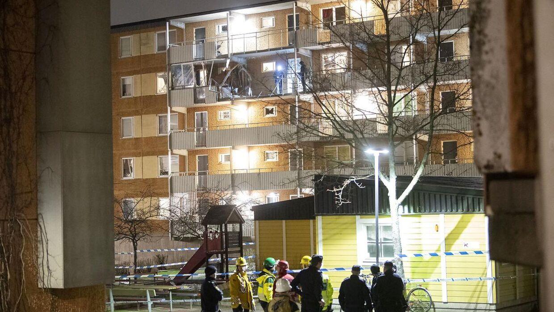 Sådan så der ud efter en af eksplosionerne, der natten til tirsdag ramte en boligblok i bydelen Husby i det nordøstlige Stockholm.