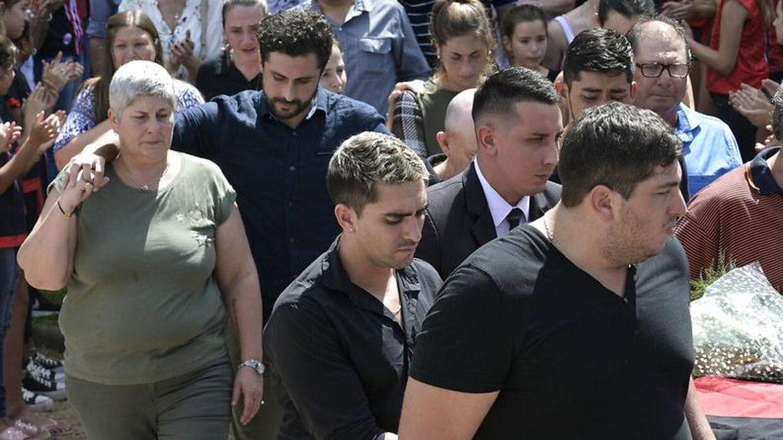 Mercedes Taffarel (tv.) ved Emiliano Salas begravelse.