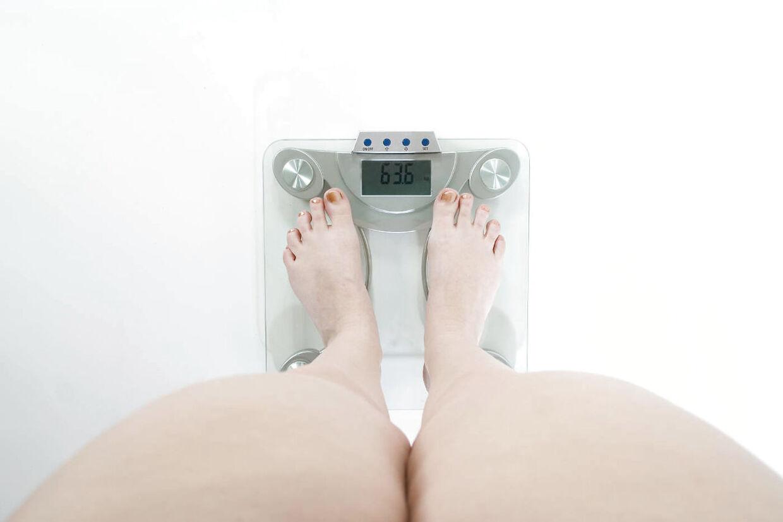 Kvinde der vejer sig.