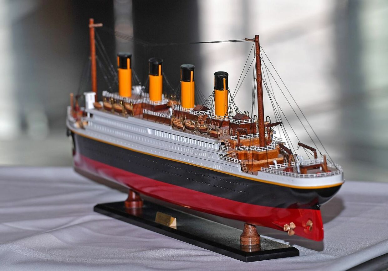 En model af Titanic, der blev givet til Prince Harry og kæresten Meghan Markle.