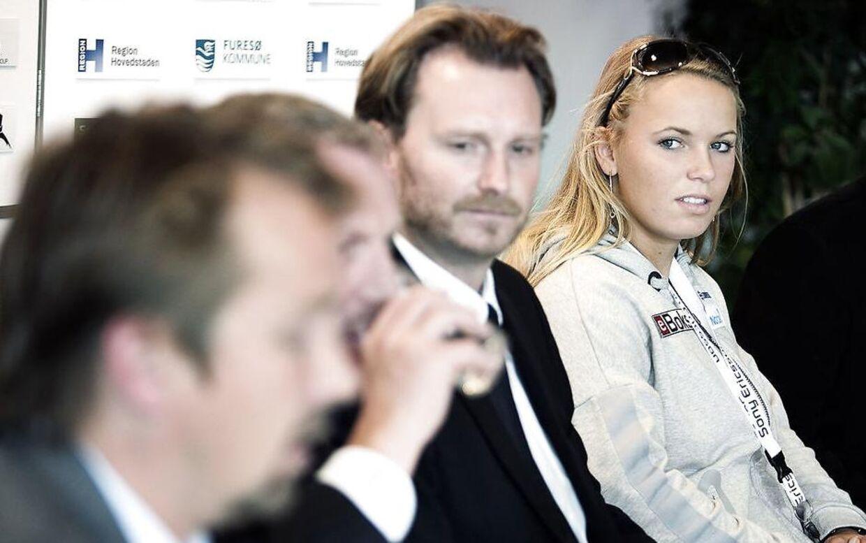 Mikkel Nissen, i midten, sammen med Caroline Wozniacki ved et pressemøde i Danmark.