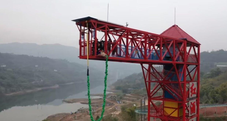 Her ses grisen i sekunded inden, den blev skubbet ud fra det 68 meter høje tårn i Chongqing, Kina.