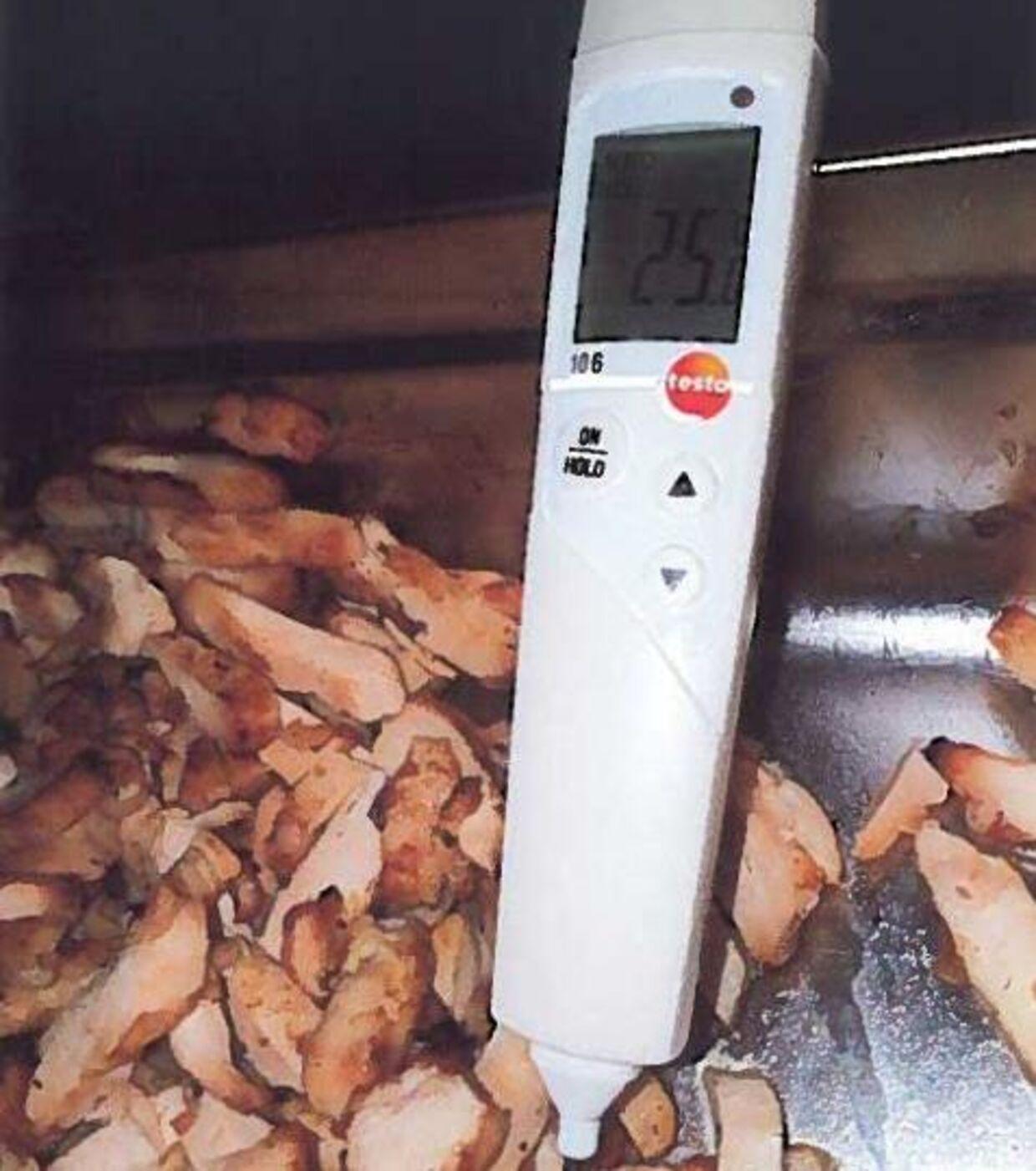 Den færdigstegte kylling blev målt til at have en temperatur på 25 grader i køkkenet.Dalle Valle, Holstebro, 21.03. 2019.