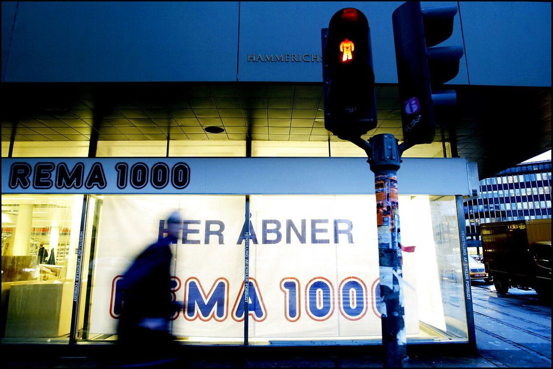 (ARKIV) Rema 1000 butik 5. november 2004. Fem Rema 1000-butikker i hovedstadsområdet har ansøgt om at få lov til at droppe kontanterne om aftenen. Det skriver Ritzau, lørdag den 30. december 2017.. (Foto: Christian Als/Scanpix 2017)