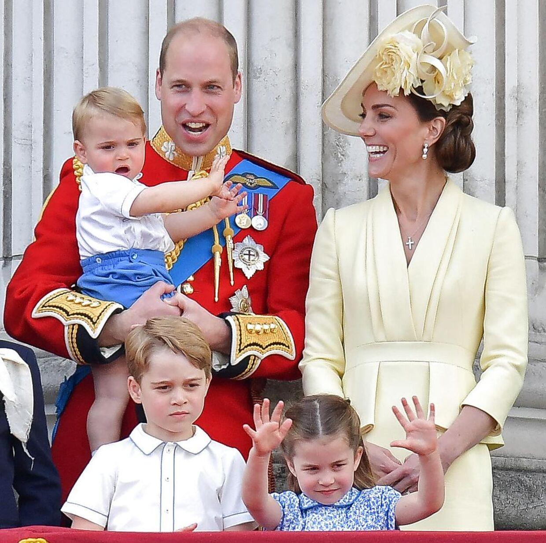 Den royale kongefamilie. Prins William og hertuginde Kate bagerst. Prins Louis sidder på sin fars arm, mens prins George og prinsesse Charlotte står forrest i billedet.