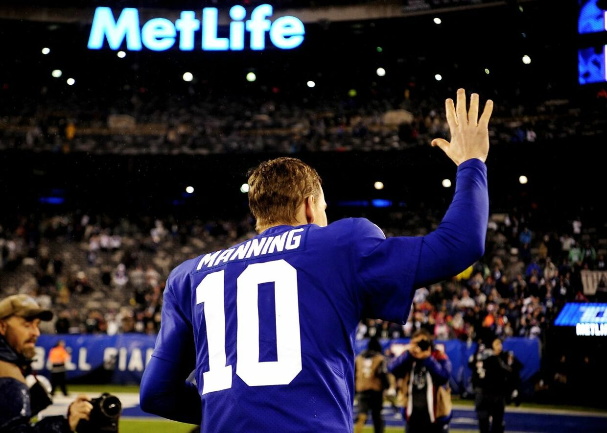 EAST RUTHERFORD, NEW JERSEY - DECEMBER 29: Eli Manning #10 of the New York Giants waves to fans while leaving the field after the second half of the game against the Philadelphia Eagles at MetLife Stadium on December 29, 2019 in East Rutherford, New Jersey. Sarah Stier/Getty Images/AFP == FOR NEWSPAPERS, INTERNET, TELCOS & TELEVISION USE ONLY ==
