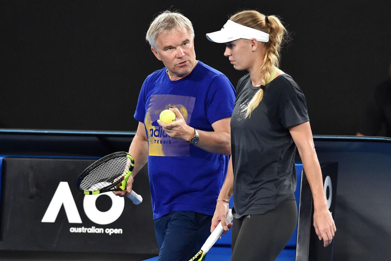 Piotr Wozniacki sammen med Caroline Wozniacki på træningsbanen i Melbourne Park under grandslam-tennisturneringen Australian Open.